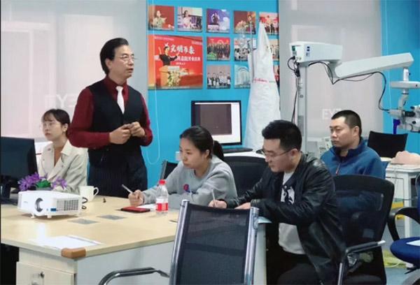 爱尔眼科重庆特区及新疆大区CEO陈茂盛为学员讲课