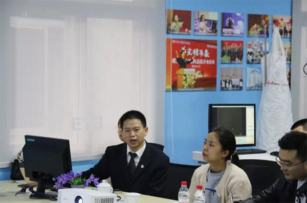 重庆爱尔眼科·南坪医院院长谭吉林为学员讲课重
