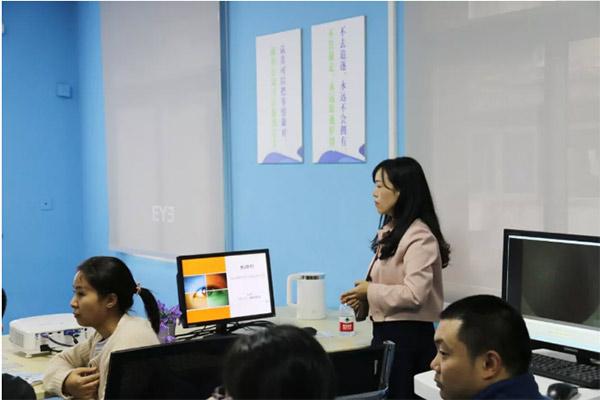 重庆爱尔眼科医院(总院)白内障专科副主任文燕为学员讲课